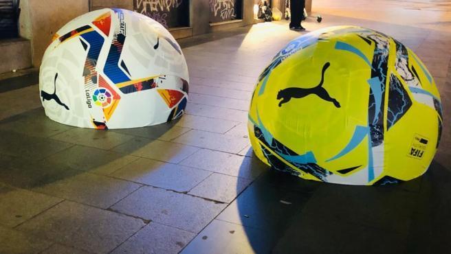 MARCA ESPAÑA: El ayuntamiento de Madrid, retira los bolardos balones promocionales, porque la gente les deaba patadas.