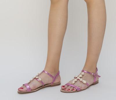 sandale ieftine roz, cu accesoriu cu perlute