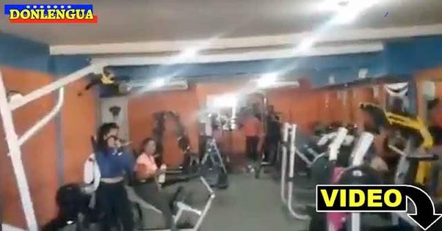 Gimnasio repleto de gente en San Félix trabajando a puerta cerrada en plena pandemia