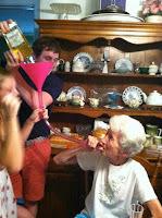 abuela bebiendo meme humor