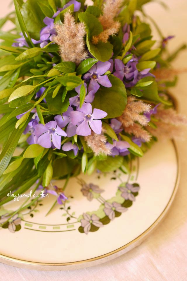 vinca major periwinkle lila spring bouquet on vintage tray buchet saschiu violet de primavara pe tava vintage