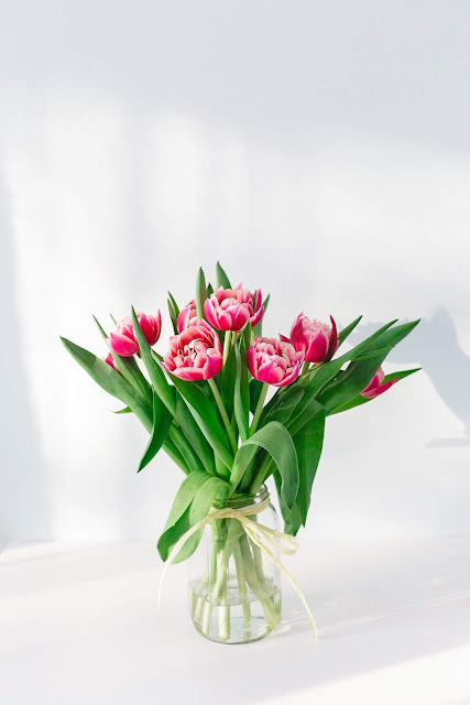 Pink Petaled Flower Centerpiece in Clear Glass Vase | Photo by Uljana Maljutina via Unsplash