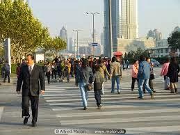 Orang berjalan saat berangkat kerja