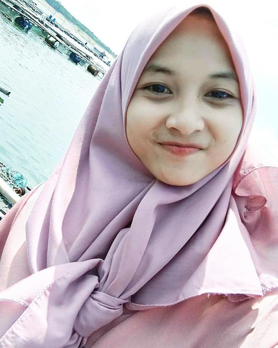 Senyum manis cewek hijab manis