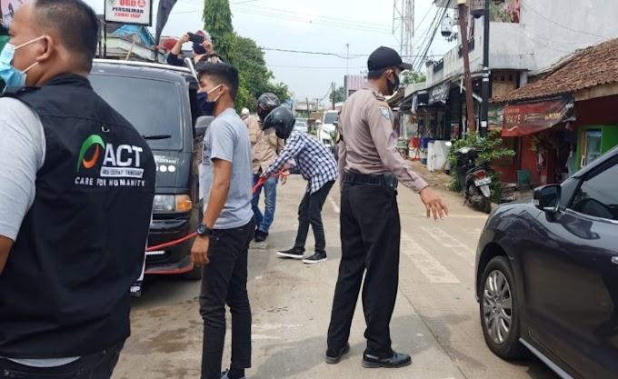 Jajaran Polsek Ciomas Dampingi Penyemprotan Disinfektan Oleh ACT