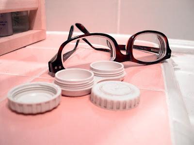 gafas y botes de lentillas