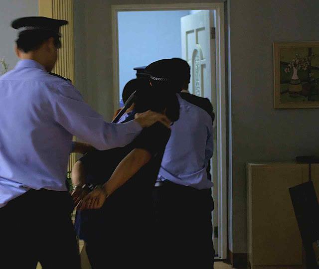 Polícia prende fiéis que rezavam em casa