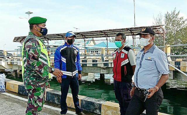 Babinsa M Surya Sosialisasikan Prokes Kepada Penumpang KMP Bahtera Nusantara 01