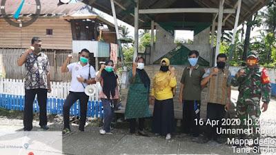 Cegah Virus Covid-19, Lurah Mappadaelo Andi Wahida Asis Bagi Masker pada Warganya