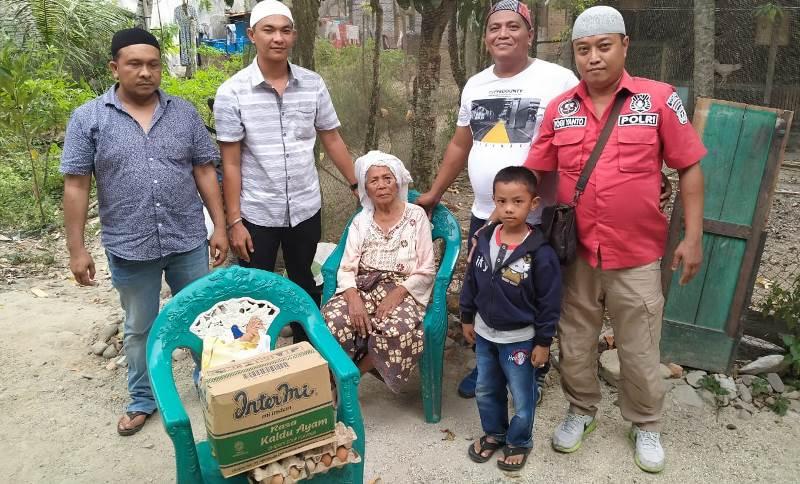 Personil Polres Madina dan Tokoh Pemuda Beri Sembako pada Nenek Kholizah