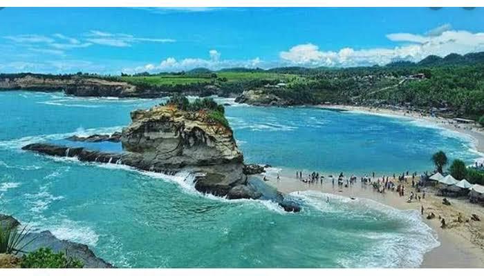 Pantai Klayar Pacitan adalah salah satu destinasi favorit yang ada di Kabupaten Pacitan wisata pantai ini mengundang banyak kecap kagum dari para wisatawan karena mempunyai Seruling Samudra