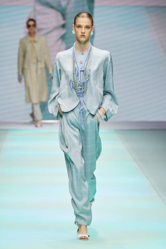 The classic blazer with a functional touch from the Emporio Armani Spring-Summer 2022 collection We liked how Armani relied on the classic blazer for men and women in a practical way, but kept the classic part, with a distinctive coordination of accessories and wide pants, such as the ice blue blazer with wide sleeves, opalites and drop-down pearl necklace accessories, while for the man there was distinction for baggy pants, with the classic blazer with a cut sharp.