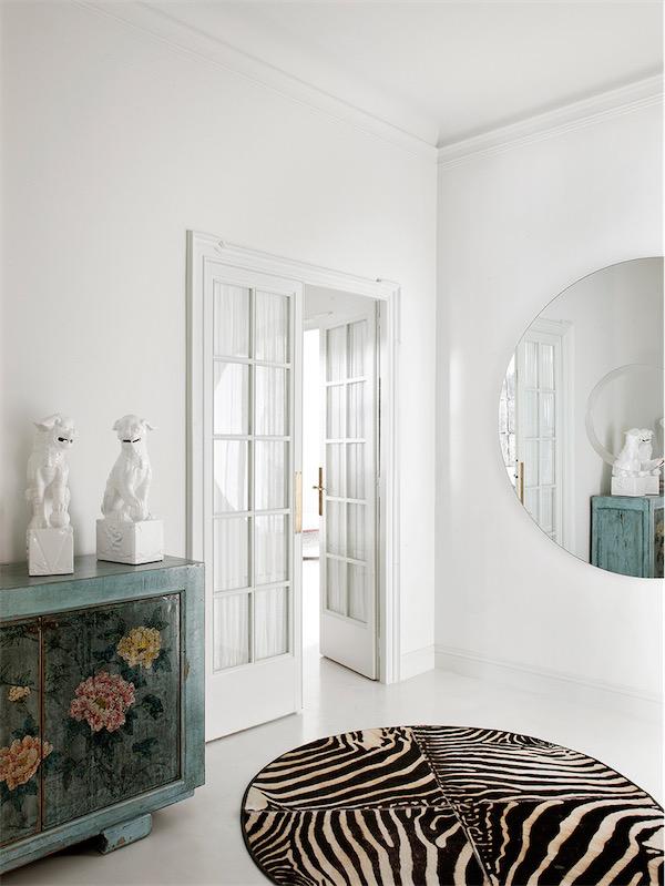 alfombra de cebra y consola asiatica chicanddeco