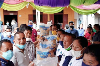 Dukung Peningkatan Produk Pertanian Sawah, Bupati Tapteng Salurkan 3 Ton Benih Padi ke 9 Poktan di Desa Lobu Tua