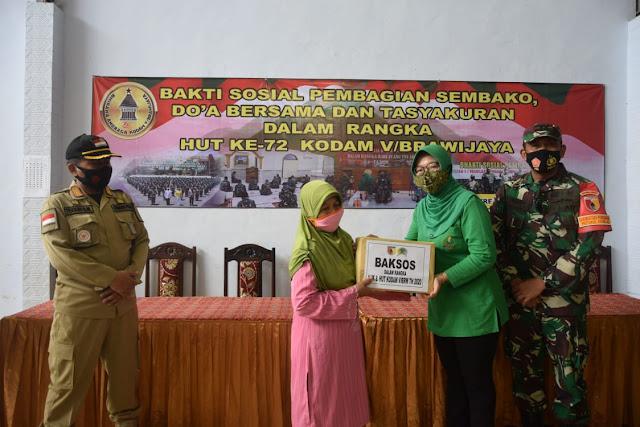 Peringati Hari Juang TNI AD dan HUT Ke-72 Kodam V/Brawijaya Tahun 2020, Kodim 0806/Trenggalek Bagikan Paket Sembako Kepada Waga Kurang Mampu