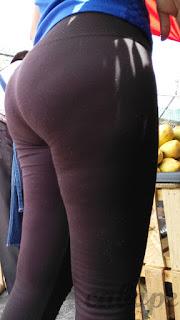 Mujeres lindas nalgas leggins pegados