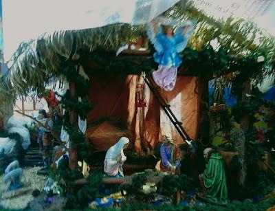 A foto mostra um presépio que é uma cena do nascimento de Jesus.