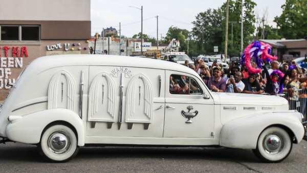 El coche fúnebre que transporta los restos mortales de Aretha Franklin