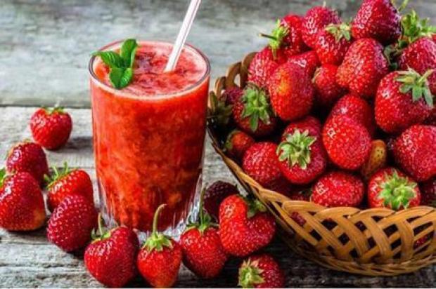 وصفة سهلة لتحضير سموثي الفراولة في المنزل