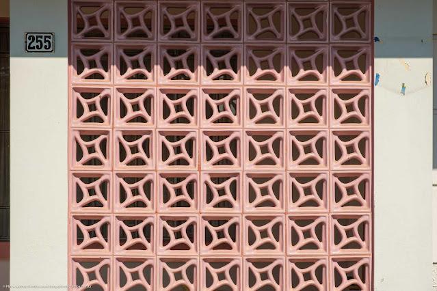 Casa na Rua São Sebastião - detalhe de cobogós de cerâmica vitrificada rosa