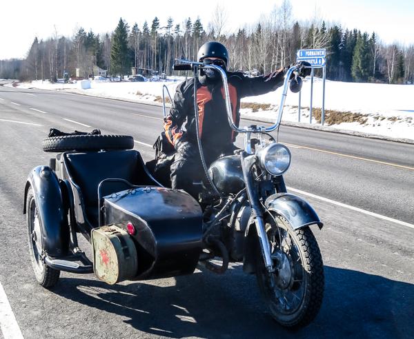 musta sivuvaunullinen moottoripyörä naisella neuvostoliittolainen moottoripyörä