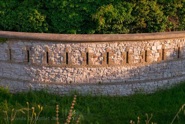 Forte Altavilla — Gorge de l'ouvrage et mur à la Carnot