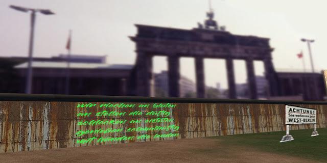 Fotomontage: Berliner Mauer, dahinter Brandenburger Tor. Im Vordergrund ein Fünfzeiler Text mit grüner Farbe auf Mauerfläche gepinzelt. Text: Wie bei der nächsten BiBesch.