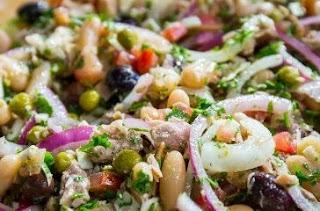 Foto da salada de feijão branco pronta para consumo.