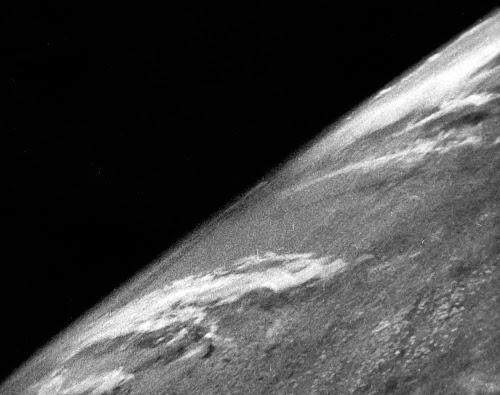 foto pertama bumi dari angkasa
