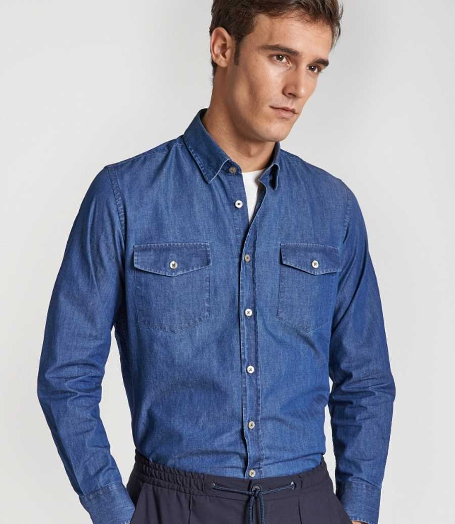 This season you cannot miss a denim shirt in your wardrobe. Timeless and easy to combine garment