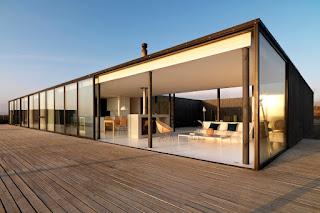 MasIrfun.COM - Denah Rumah Modern Minimalis, merupakan sebuah rancangan para arsitek yang telah menciptakan nuasa terbaru dan trend. Tentunya dengan kecanggihan teknologi saat ini banyak sekali para arsitek sudah berani menampilkan design-design yang minimalis dan sederhana. Design Denah Rumah Modern Minimalis yang MasIrfun sajikan khusus pada postingan ini.    Apakah Anda pengagum design dengan denah rumah minimalis ?    Nah, pada kesempatan kali ini MasIrfun akan menyajikan denah rumah modern minimalis yang sudah terancang dengan sederhana. Dimana design denah yang MasIrfun sajikan tentunya sangat membantu Anda untuk menjadi refrensi dalam sebelum membangun Rumah. Selain itu, denah modern minimalis yang MasIrfun sajikan mempunyai arti dan karakteristik masing-masing.    Contoh Design 7 Denah Rumah Modern Minimalis Lengakap Beserta Karakteristik   Contoh Design 7 Denah Rumah Modern Minimalis Beserta Karakteristiknya    Bentuk sederhana , denah lantai terbuka, dinding interior minimal, area penyimpanan sederhana, dan penekanan pada pandangan dan cahaya matahari adalah ciri khas dari banyak design denah rumah modern minimalis. Banyak denah rumah modern minimalis juga tidak mempunyai ruang berlebihan. Anda tidak akan menemukan ruang tambahan seperti ruang duduk formal, ruang makan, perpustakaan, sarang, atau bilik lemari. Ruang dapat disesuaikan dan fleksibel untuk berbagai keperluan dan ruang penyimpanan berukuran untuk kebutuhan dasar.    Lihatlah denah rumah minimalis ini untuk inspirasi desain. Lihat apakah Anda dapat memperhatikan karakteristik minimalis.    1. Rumah Kaca Philip Johson Tahun 1949    Contoh Design 7 Denah Rumah Modern Minimalis Beserta Karakteristiknya    Contoh Design 7 Denah Rumah Modern Minimalis Beserta Karakteristiknya      Banyak karakteristik minimalis mendefinisikan denah rumah awal ini dimulai dengan denah persegi panjang sederhana. Tidak ada seluk beluk rumit di dalam amplop eksterior, hanya fasad kaca sederhana. Tiang-tiang baja sederha