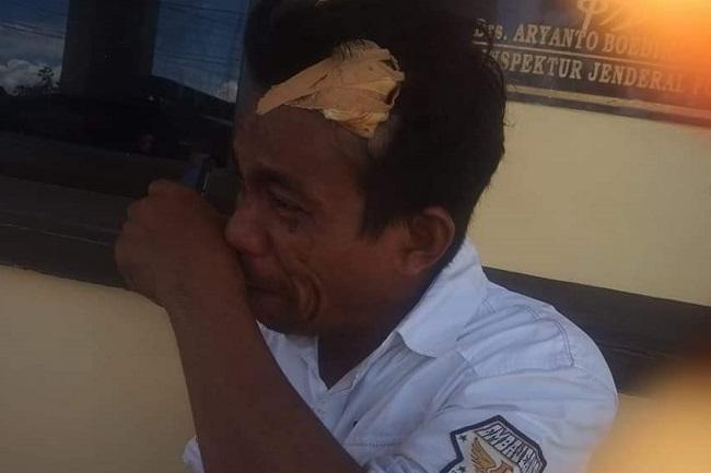 Siswa dan orangtua SMP Negeri 2 Galesong menganiaya cleaning service hingga terluka.