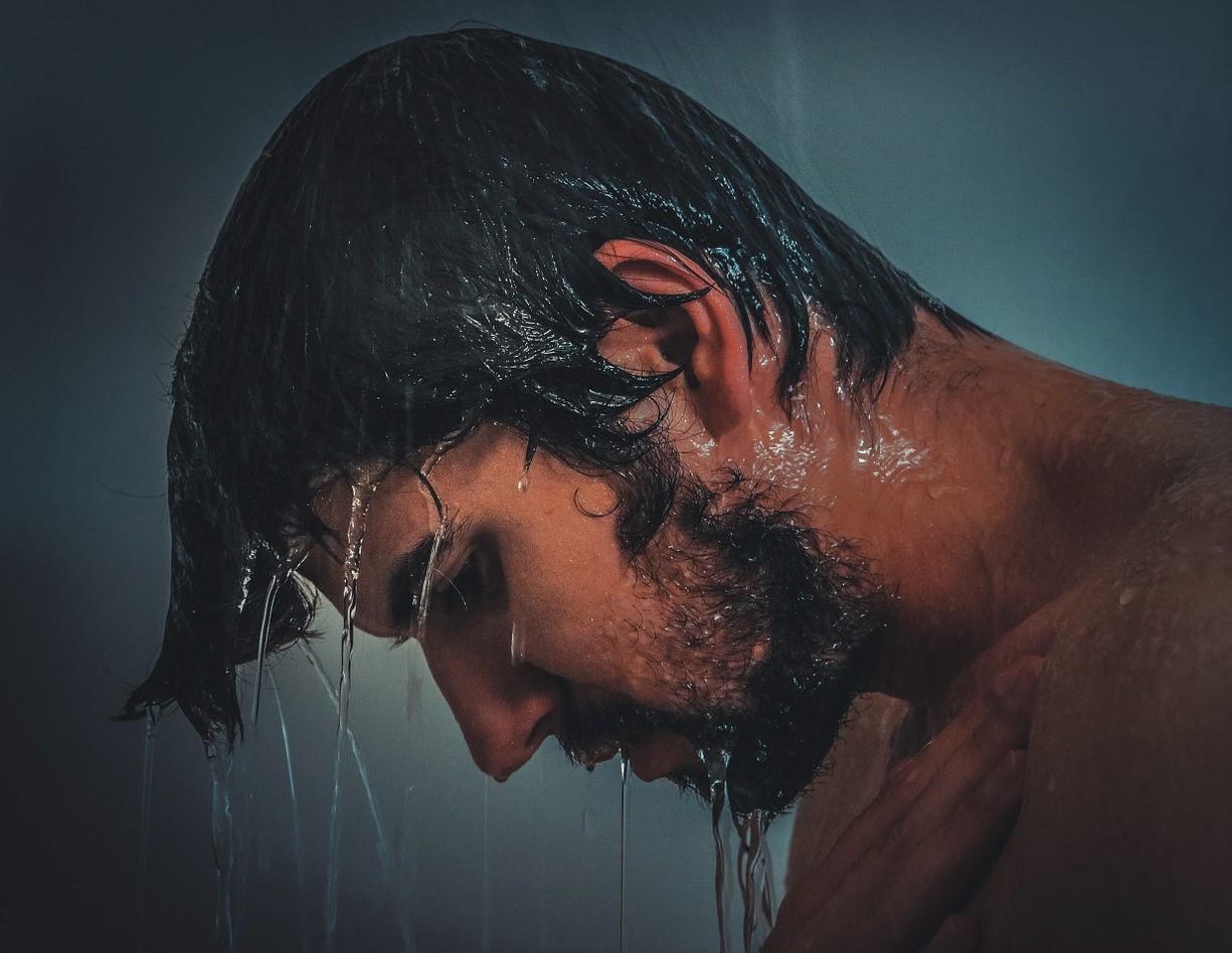 5 Manfaat Mandi Pagi Menggunakan Air Dingin - ManfaatQ