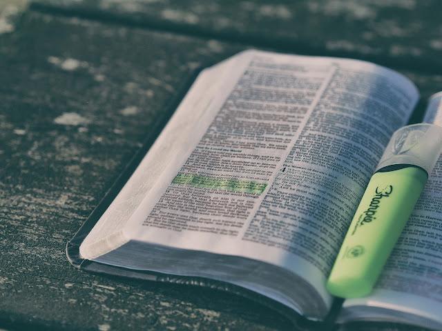 Subrayador marcando la Biblia