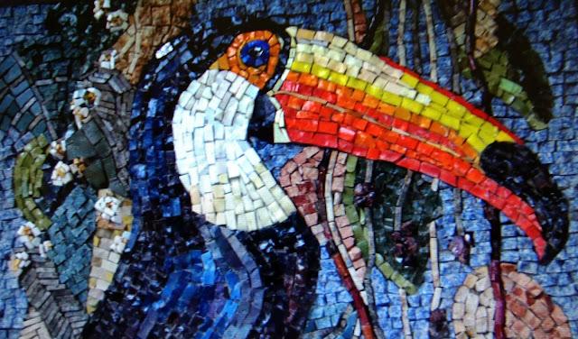Mosaico. CDs, cacos de vidro, espelho, cerâmica, azulejos, vidro, cerâmica, conchas, pastilhas, tampas de garrafa