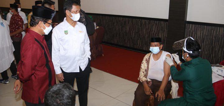 Tinjau Vaksinasi Covid-19 Guru TPQ, Rudi Pesan Masyarakat Tetap Menerapkan Protokol Kesehatan