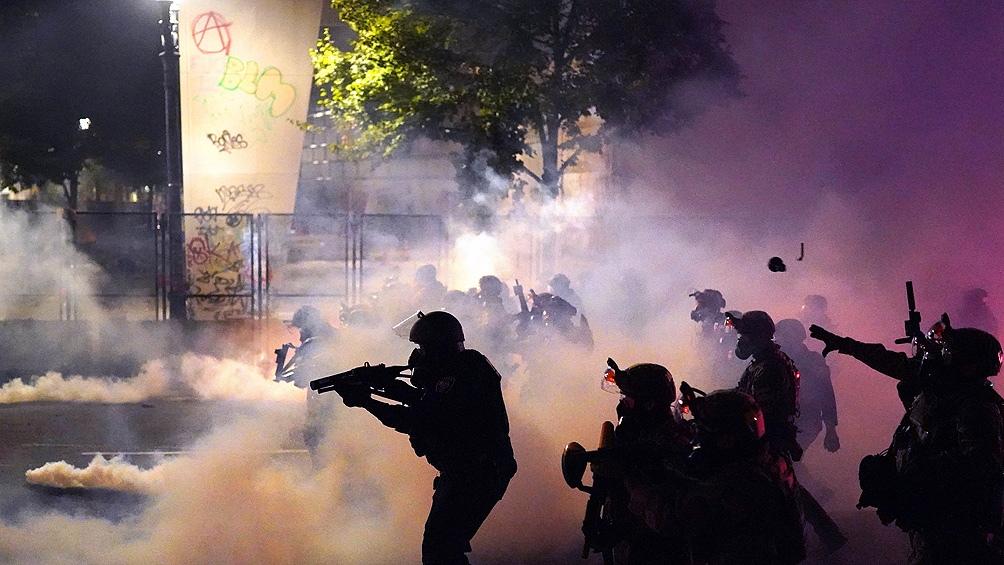 Agentes federales vuelven a reprimir una protesta racial en Portland