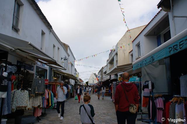 La Grand Rue di Noirmoutier en Ile è la via principale del commercio