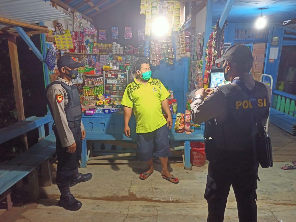 Patroli Malam Hari, Personel Polsek Manuhing Berikan Himbauan Protokol Kesehatan