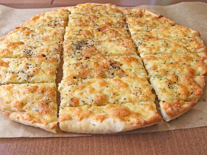 Homemade Cheesy Garlic Breadsticks Recipe #dinnereasy #quickandeasy #dinnerrecipe #lunch #amazingappatizer