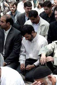 ahmadinejad-sholat-berjamaah-di-shaf-tengah