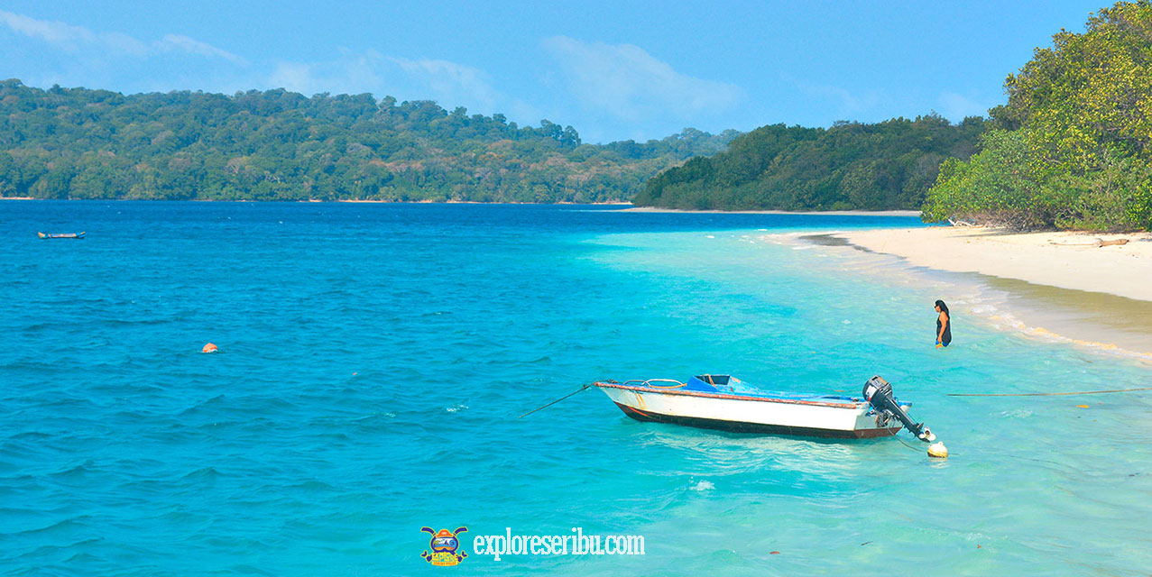 pantai dan laut biru pulau peucang