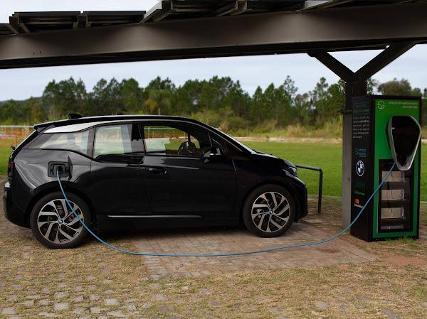 BMW desenvolve no Brasil carregador solar para carros elétricos