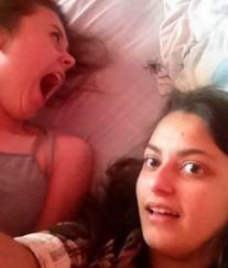 Smešan selfi sa devojkama i paukom u krevetu