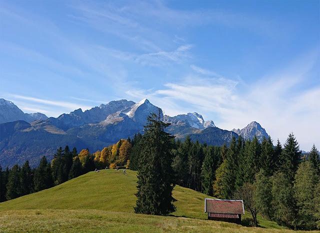 Zugspitze, Alpspitze mit Tanne und Holzhütte im Vordergrund, buntern Laubbäumen