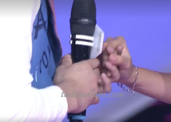 Joshua memegang tangan Rara