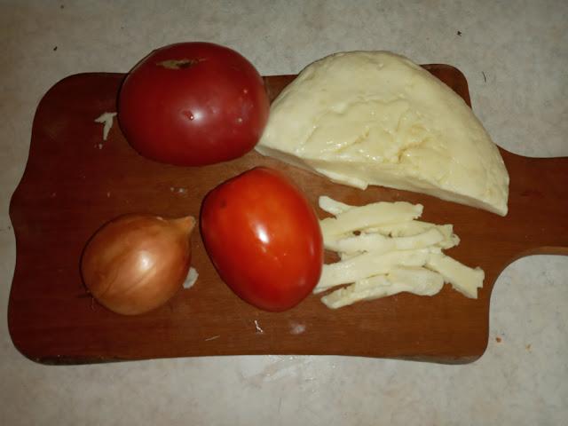 салат с козьим сыром, помидорами, луком и базиликом