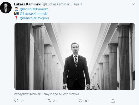 Władysław Kosiniak-Kamysz idzie środkiem korytarza sejmowego okolonego kolumnami