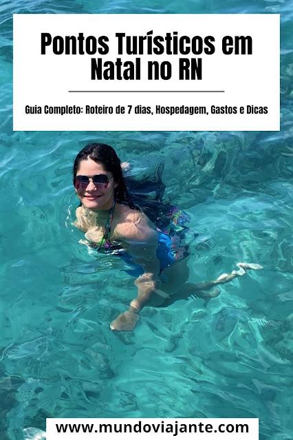 mulher jovem mergulhando em aguas do mar esverdeadas