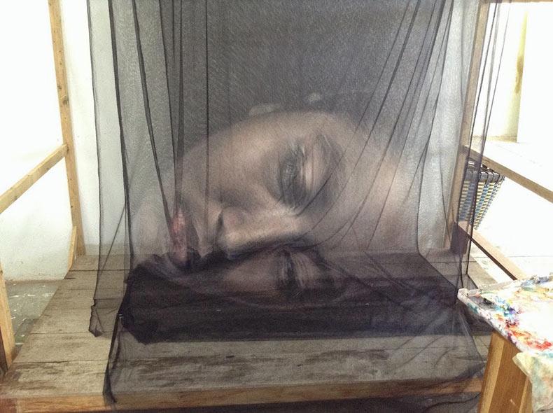 Retratos fantasmales pintados sobre capas de mallas por Uttaporn Nimmalaikaew